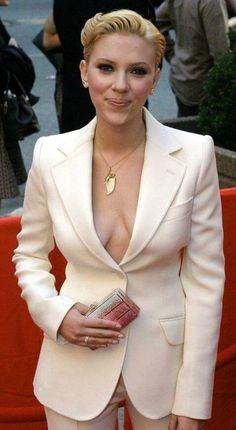 Scarlett Johansson Style, mode et looks - Beauty Black Pins Scarlett And Jo, Black Widow Scarlett, Black Widow Natasha, Top Celebrities, Hollywood Celebrities, Beautiful Celebrities, Celebs, Hollywood Actresses, Hollywood Style