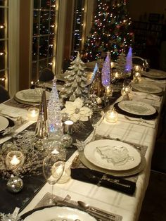 OMG, I love this Christmas tablescape! So pretty for a Christmas dinner table. Christmas Table Settings, Christmas Tablescapes, Christmas Centerpieces, Xmas Decorations, Centerpiece Ideas, Christmas Dinning Table Decor, Christmas Table Set Up, Christmas Dinner Ideas Decoration, Dinner Table Decorations