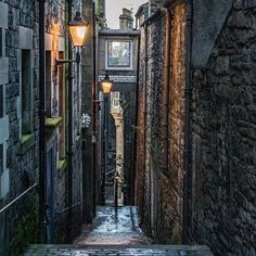 Looking down the picturesque Anchor Close running off the Royal Mile, Edinburgh, Scotland