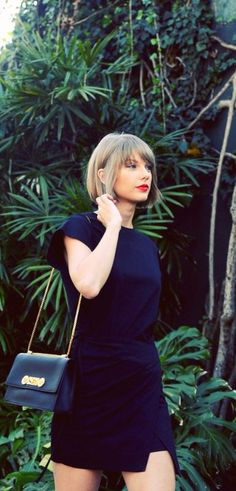 navy blue dress in Taylor Swift looks so elegant, and it will do same effect in yours