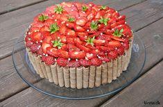 Rugbrødslagkage med rabarber/hvid chokoladecreme og friske, danske jordbær