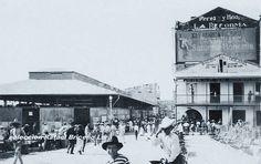 Calle P.J.Mendez  1913 aproximadamente se ve el Galerón del Mercado la calle del Bajo Mercado hoy Pedro J. Mendez a la derecha el salón Bar el Océano detrás la cada Zagahon donde aparece una publicidad del edificio de la campaña del Sr. Perez y Hermanos llamada la reforma, al fondo el Hotel Nuevo Mundo al frente a la derecha una plaza que estaba en lo que ahora es la Sevillana