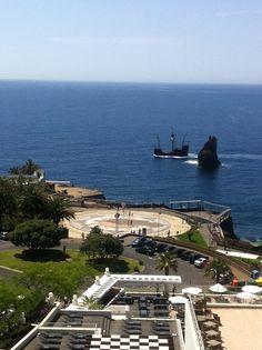 Hotel Melia Madeira Mare. Vistes. Al fons, una rèplica exacta de la Santa Maria de Cristòfor Colom