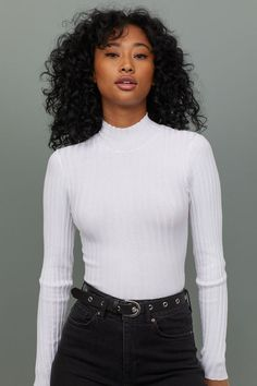 Short, fitted turtleneck sweater in a soft rib knit with long sleeves and slits at sides. Indie Outfits, Edgy Outfits, Cute Casual Outfits, Short Outfits, Fashion Outfits, Trendy Fashion, Fashion Wigs, White Outfits, Asian Fashion