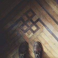 hardwood floor design / wood inlay everywhere. Wood Floor Pattern, Floor Patterns, Herringbone Pattern, Wooden Flooring, Hardwood Floors, Floor Design, House Design, Parquet Chevrons, Parquetry