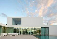 minimal design villa - de auto's moeten voor mij nu wel niet zo zichtbaar blijven :-)