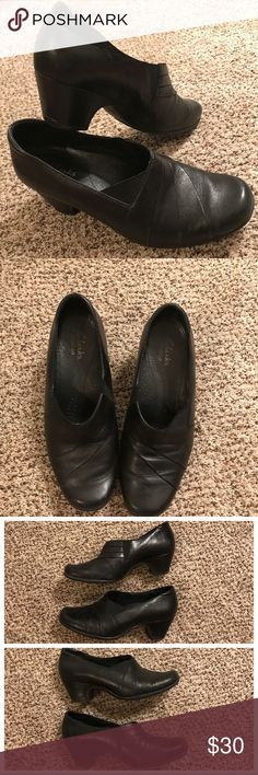 Women's Clark Shoes Size 6.5 Women's Clark Shoes Size 6.5 in good condition.  Shoes show signs of wear on soles (see pictures). Leather shoes. Clarks Shoes Wedges