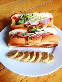 Saucisses à hot-dog végétaliennes Hot Dogs, Hot Dog Buns, Vegan Food, Vegan Recipes, Falafels, Sauce, Allergies, Sandwiches, Restaurant