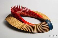 Diresti mai che è una collana? http://bigodino.it/design/arte-in-legno-i-gioielli-scultura-di-liv-blavarp.html