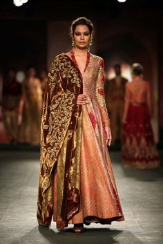 Anju Modi for Delhi couture week (Nice velvety feel and look of the dubatta) Pakistani Bridal Wear, Pakistani Outfits, Indian Wedding Outfits, Indian Outfits, Wedding Dresses, Indian Attire, Indian Wear, Frock Fashion, Fashion Outfits