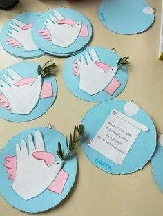 Peace hands. Preschool Crafts, Easter Crafts, Christmas Crafts, School Projects, Craft Projects, Projects To Try, Diy And Crafts, Crafts For Kids, Arts And Crafts