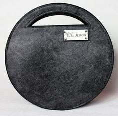 FuFu KABELKA DENEO Kabelka je zpevného, syntetického materiálu v šedočerné barvě připomínající úžasně onošenou kůži. Kabelka má na přední straně umístěno nerezové logo. Zadní díl je šedočerný bez ozdob, boční díl a lemy jsou černé. Kabelka má průměr 34 cm. Přední a zadní díl kabelky je vyroben zpevného syntetického materiálu o tloušťce 2-3 mm, ... Design