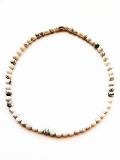 ESK 1001 - Halskette aus Howlithperlen 8mm. Die Länge beträgt ca. 48cm. Sie ist handgefädelt auf Elastikband und schließt mit einer kupferfarbenen Metallperle. Band, Design, Semi Precious Beads, Copper, Silver, Sash, Bands, Design Comics, Tape