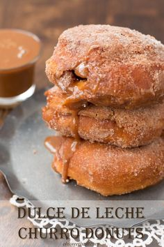 dulce de leche churro donuts - delicious and super simple! Ive made canned buscuit donuts before, but filling them is a fantastic idea! Especially with dulce de leche! Köstliche Desserts, Delicious Desserts, Dessert Recipes, Donut Recipes, Cooking Recipes, Churro Donuts, Doughnuts, Cake Filling Recipes, Cupcakes