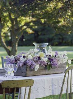 Centro de mesa con cajas de madera, una tendencia decorativa para ambientación de bodas. #CentroDeMesa by janet