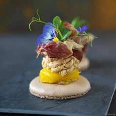 Macaron with foie gras, mango and Dolce zero - This macaron with foie gras, mango and Dolce zero is the snack that should be on every festive tabl - Tapas, Best Appetizers, Appetizer Recipes, Foie Gras, Bistro Food, Diner Recipes, Xmas Dinner, Food Festival, Health Desserts