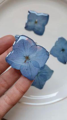 Pressed hydrangea for earrings and necklaces. Diy Resin Art, Diy Resin Crafts, Diy Crafts Hacks, Jewelry Crafts, Handmade Jewelry, Diy Deodorant, Resin Jewelry Making, Resin Jewellery, Diy Resin Flower Jewelry