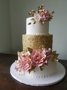 wedding cakes gold Gold sequins and buttercream frosting decorated with gum paste roses and wild ro. - Gold sequins and buttercream frosting decorated with gum paste roses and wild roses - White Wedding Cakes, Beautiful Wedding Cakes, Beautiful Cakes, Amazing Cakes, Sweet 16 Cakes, Cute Cakes, Quinceanera Cakes, Quinceanera Centerpieces, Quince Cakes