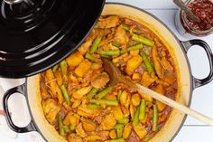 Surinaamse kip Suriname Food, Nice And Slow, Multicooker, Slow Food, Pot Roast, Paella, Thai Red Curry, Vegetarian Recipes, Yummy Food
