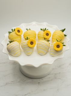 Brighten up someone's day with our sunflower theme chocolate covered strawberries. They are dipped in our finest white chocolate decorated with drizzle, and edible sunflower. Sunflower Cupcakes, Sunflower Party, Sunflower Baby Showers, Sunflower Cake Ideas, Sunflower Wedding Favors, Sunflower Crafts, Chocolate Covered Fruit, Chocolate Strawberries, Homemade Chocolate