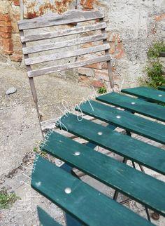 Il fascino di una vecchia sedia sverniciata e di antiche mura