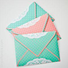 Dots and doilies envelope template + printable - next to nicx How To Make An Envelope, Diy Envelope, Envelope Design, Envelope Templates, Envelope Tutorial, Envelope Pattern, Fabric Envelope, Cute Envelopes, Wedding Envelopes