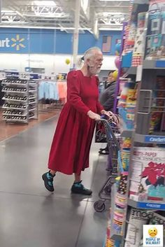 Walmart stores are the best fun providers in the world. Here is the reason how people of Walmart entertain you and make your day. Take a look at these 24 weird people of Walmart that are on another level. People Of Walmart, Only At Walmart, Funny Walmart Pictures, Funny People Pictures, Funny Images, Funny Photos, Walmart Pics, Wierd Pictures, Jokes