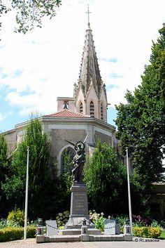 Biscarrosse, Landas    Plaza Charles de Gaulle, con el monumento a los muertos en la I Guerra Mundial y la torre de la Iglesia de San Martín como telón de fondo