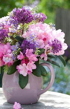 Flowers and Gardens : Photo Beautiful Bouquet Of Flowers, Beautiful Flower Arrangements, Amazing Flowers, Beautiful Roses, Fresh Flowers, Purple Flowers, Spring Flowers, Floral Arrangements, Beautiful Flowers