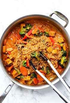 These healthy vegan red curry noodle bowls are flavorful, saucy and super easy to make! Served with vegetables, crispy tofu, and gluten-free noodles too! Sauce Au Curry Rouge, Red Curry Sauce, Vegan Curry Sauce, Red Curry Recipe, Tofu Curry, Curry Rice, Curry Bowl, Gluten Free Noodles, Curry Noodles