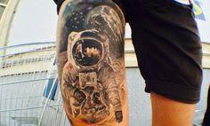 Selección de tatuajes de espacio: Planetas, astronautas y mucha imaginación - http://www.tatuantes.com/tatuajes-de-espacio-planetas-astronautas/