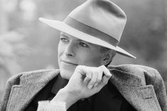 """<B> 25. 'Kooks' (1971) </ b>. Escrito após o nascimento de Bowie e esposa filho de Angie Zowie (que se renomeado Duncan e passou a dirigir o excelente <i> Lua </ i>), Bowie deixa claro que ele nunca seria um pai difícil, sugerindo delicadamente ao seu prole, """"não comprar uma briga com os valentões ou os cads / Porque eu não sou muito policial socando no pais de outras pessoas""""."""