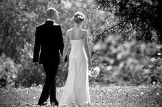 Hääkuva mustavalkoisena, kaunis morsiuspari kävelee luonnossa. Häävalokuvaaja Kimmo Savolainen Photography.