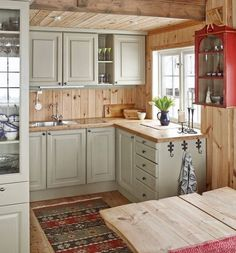 21 rustic vintage off-white cabinets, light-colored wooden countertops and backsplashes for a welcoming feel - DigsDigs Small Cabin Kitchens, Log Home Kitchens, Small Cabin Interiors, Small Cabin Decor, Small Cabins, Wooden Kitchens, Log Cabin Bathrooms, Remodeled Kitchens, Rustic Kitchen