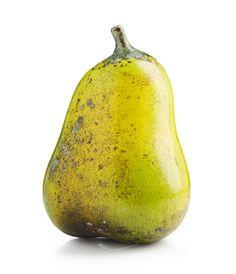 Päron, starkeldsfajans, spräcklig glasyr i gult och grönt med bruna inlslag, signerad HHg, höjd 21 cm.