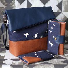 FoldOver Tasche mit passender Geldbörse und Handytasche von Hansedelli mit braunem und dunkelblauem Kunstleder und dunkelblauem Bio-Canvas mit Vogelprint von Birch