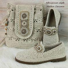 Neuen : Knitting boots and handbags (video description) «ORGi home, baby knitting, knit. Crochet Sandals, Crochet Boots, Crochet Purses, Crochet Slippers, Diy Crochet, Crochet Baby, Linen Bag, Crochet Stitches, Baby Knitting