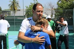 Andrea Eskauriatza, del Equipo Representativo de Tenis, en emotivo abrazo con su entrenador Carlos Suarez, tras ganar medalla de oro en Universiada 2013