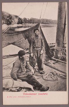 Twee vissers poseren aan boord van hun botter. 1890-1902 #NoordHolland #Volendam