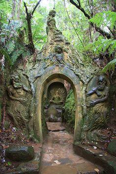 William Ricketts (Austrálie, 1898 - 1993) William Ricketts Sanctuary je čtyři akry venkovní galerie ve Victorii v Austrálii, představuje 92 keramických soch s nativními zvířaty a domorodými lidmi ze střední Austrálie.