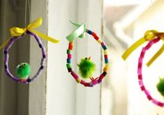 ~ Happy Easter pendants m. wire, string beads and chick ~~ Movil Colgantes Feliz Pascua m. alambre, ensartar cuentas y polluelo Pio ~~Leuke paashangers m. Spring Projects, Easter Projects, Easter Crafts For Kids, Spring Crafts, Diy For Kids, Holiday Crafts, Easter Activities, Spring Activities, Preschool Crafts