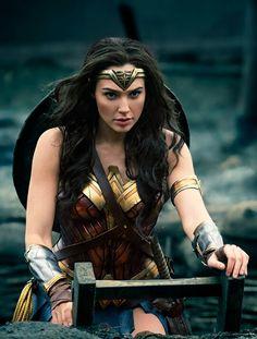 Mulher Maravilha indo para linha de frente na Terra de Ninguém.