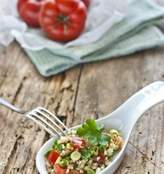 A quick and healthy recipe for bulgur tomatoe salad. Perfectly suited as a light (office) lunch. Easy and quick to prepare. Salad Recipes Gluten Free, Summer Salad Recipes, Easy Salads, Healthy Salad Recipes, Quick Recipes, Summer Salads, Whole Food Recipes, Bulgur Salad, Soup And Salad