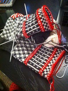 Lidt Mere End Halvvejs - Halvvejs Lidt Lidt - Diy Crafts - bobcik Mittens Pattern, Knit Mittens, Knitting Socks, Hand Knitting, Knitting Charts, Knitting Stitches, Knitting Patterns, Fingerless Mitts, Patterned Socks