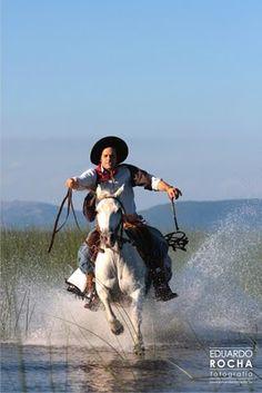 #Campo   Cruzando un cañadón Rio Grande Do Sul, Cowboy Horse, Horse Riding, Horse Adventure, Epic Characters, Funny Horses, Akhal Teke, Horse Art, Beautiful Horses