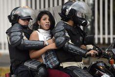 13 de marzo. Detención en Venezuela Dos policías venezolanos conducen detenida a una mujer, a la que llevan en una moto en Caracas. 28 personas fueron detenidas aquel día de marzo en el que hubo protestas contra el Gobierno de Nicolás Maduro.  LEO RAMIREZ (AFP)