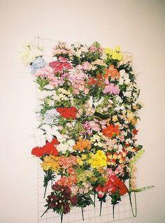 Un pêle-mêle de jolies fleurs colorées pour une ambiance de jardin dans votre intérieur.