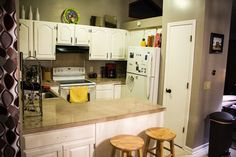Easy DIY budget kitchen makeovers with projects to help you makeover each major component of your kitchen space, while creating a custom high end look. Kitchen On A Budget, Diy On A Budget, Decorating On A Budget, Countertop Refinishing Kit, Diy Countertops, Diy Furniture Projects, Diy Projects, Diy Home Repair, Countertop Materials