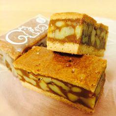 鎌倉のとびっきり美味しいお菓子と言えば、昭和29年創業「紅谷」のクルミッ子。パッケージのリスが可愛らしく、中身はすべてが手作業で、自家製の生キャラメルにクルミをたっぷり練りこみ、クッキーの生地でサンドして焼きあげている本格的な味。一度食べたらきっと虜になってしまいますよ^^人へのお土産としてはもちろん、家用にも沢山買ってお茶の時間を楽しんでくださいね♪