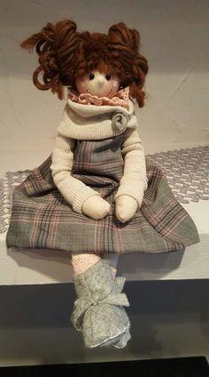 Resultado de imagen de le pigottine di vanda Doll Clothes Patterns, Doll Patterns, Fabric Brooch, Guys And Dolls, Needle Felted, Sewing Dolls, Hello Dolly, Doll Head, Soft Dolls